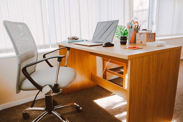 Wygodny fotel obrotowy do biurka