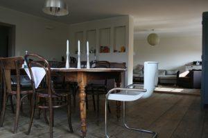 Jakie krzesła do drewnianego stołu?